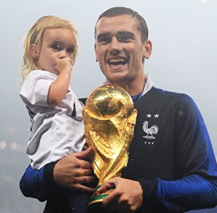 Antoine Griezmann With His Daughter